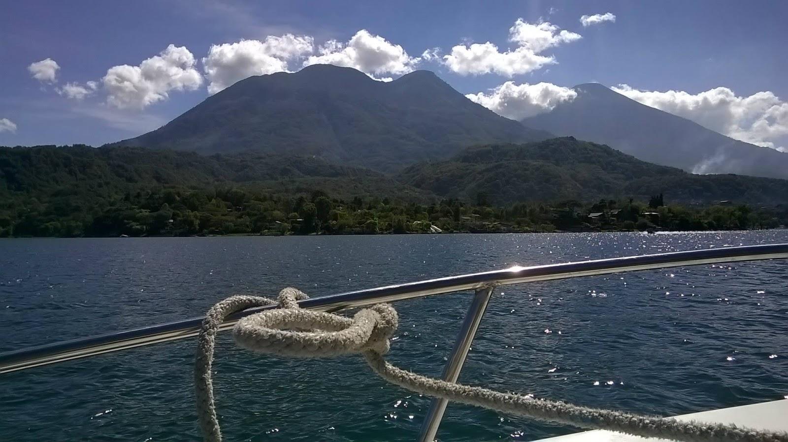 barca sul lago di atitlan Guatemala