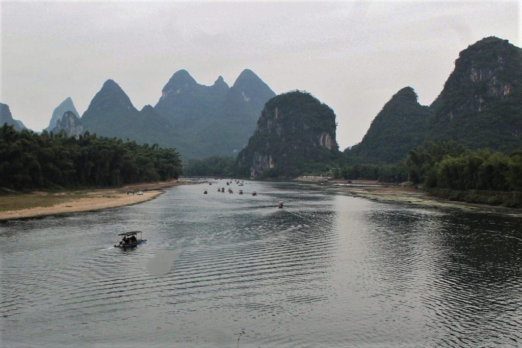barche sul fiume a yangshuo cina