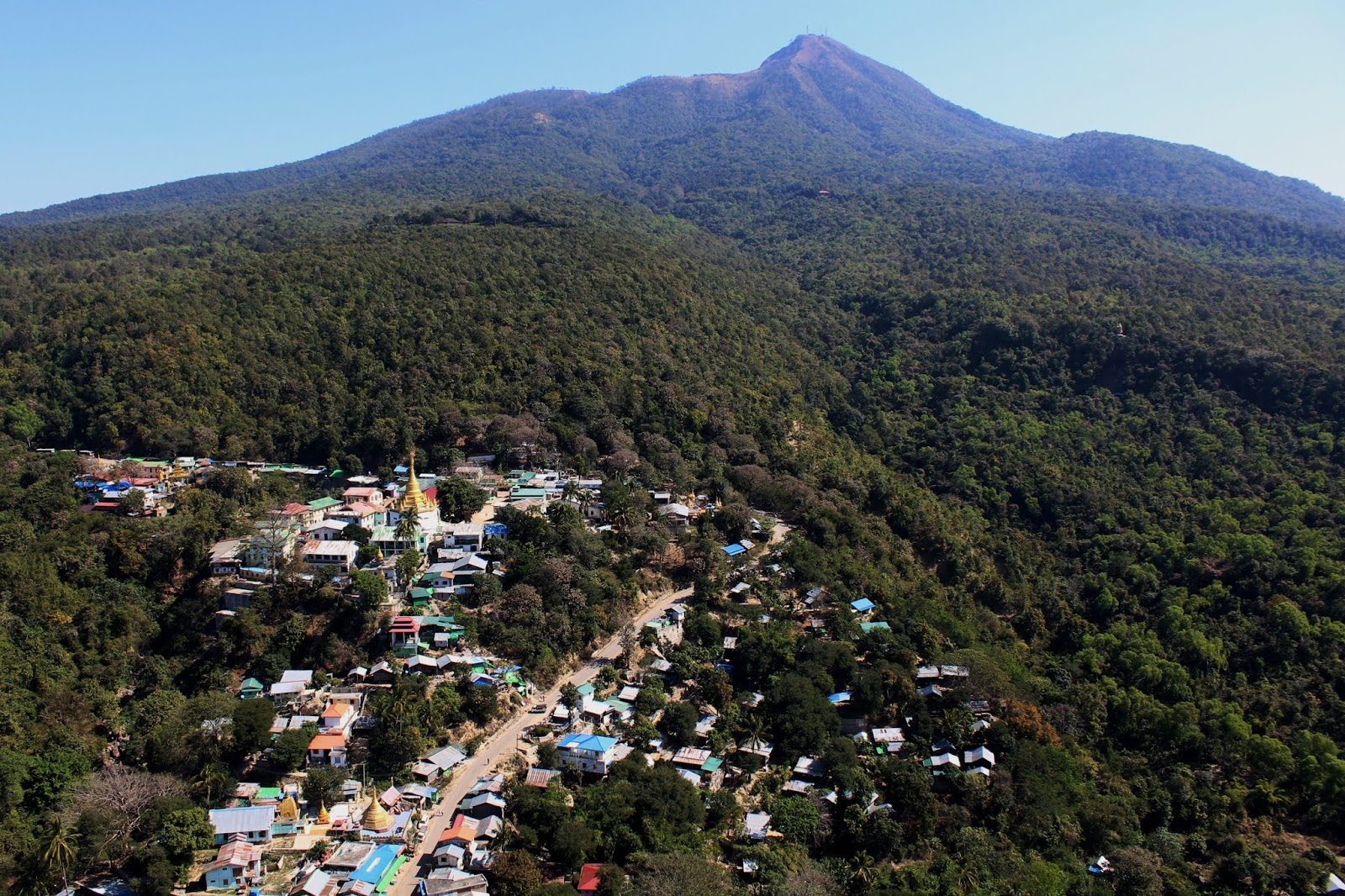 vista da monte popa myanmar