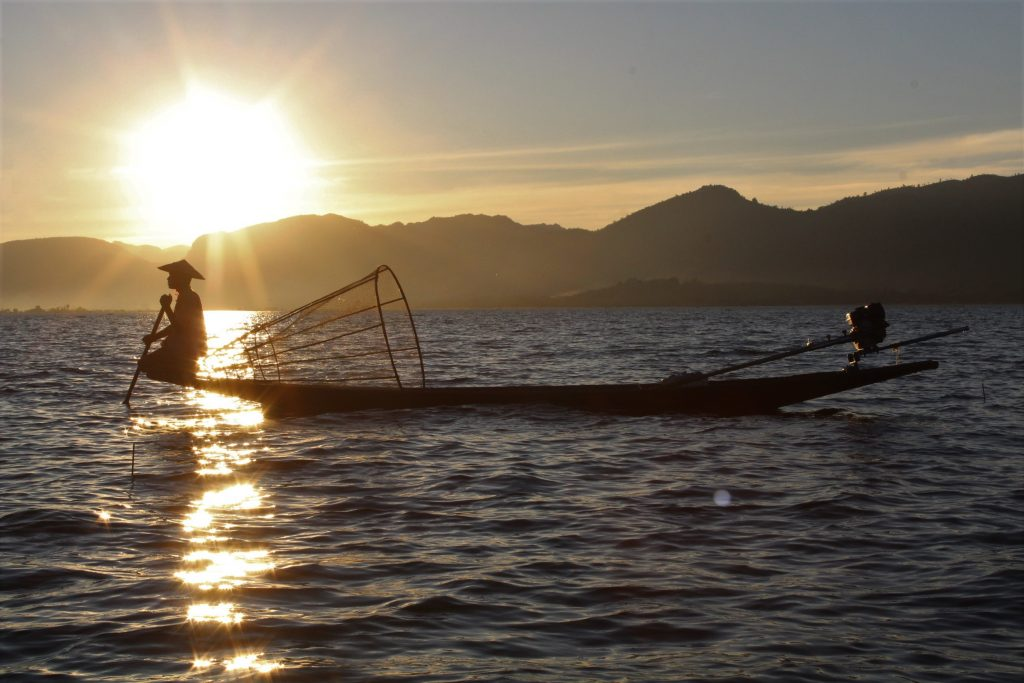 pescatore barca lago inle myanmar